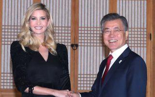 Ο Νοτιοκορεάτης πρόεδρος Μουν Γιάε Ιν υποδέχεται την Ιβάνκα Τραμπ στο προεδρικό του γραφείο στη Σεούλ.