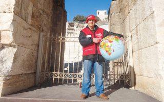 Ο Μ. Σαμόλης βρέθηκε στον δρόμο το 2013. Σήμερα, βγάζει ένα μικρό εισόδημα πωλώντας το περιοδικό δρόμου «Σχεδία», ενώ κάθε Σάββατο γίνεται «ξεναγός» για όσους θέλουν να δουν το άλλο, σκληρό, πρόσωπο της Αθήνας.