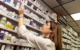 Στην Ελλάδα εκτιμάται ότι το 15%-20% των αντιβιοτικών που προμηθεύονται οι πολίτες από τα φαρμακεία είναι χωρίς ιατρική συνταγή.