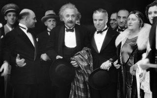 Ο παγκόσμιου φήμης Γερμανοεβραίος φυσικός  Άλμπερτ Αϊνστάιν μαζί με τη σύζυγο του, Έλσα, και τον θρύλο του αμερικανικού βωβού κινηματογράφου,Τσάρλι Τσάπλιν, καταφθάνουν στην πρεμιέρα του τελευταίου κινηματογραφικού έργο του «Σαρλό», «Τα Φώτα της Πόλης», στο Λος Αντζελες της Καλιφόρνιας, το 1931. (AP Photo)