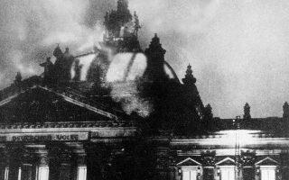 Ένα από τα πιο ιστορικά γεγονότα της ιστορίας του Ναζισμού λαμβάνει χώρα στο Βερόλινο, όταν το Ράιχσταγκ τυλίγεται στις φλόγες, ανοίγοντας αμέσως τον δρόμο στην εδραίωση και την πλήρη κυριαρχία του ναζιστικού καθεστώτος στη Γερμανία, το 1933. Για την πυρκαγιά στο γερμανικό κοινοβούλιο καταδικάστηκε ο Ολλανδός κομμουνιστής Μαρίνους Βαν Ντερ Λούμπε, με το ναζιστικό καθεστώς να εκμεταλλεύεται άμεσα το περιστατικό, καθώς μόλις την ίδια νύχτα, συνελήφθησαν 1.500 κομμουνιστές και το ισχυρό Γερμανικό Κομμουνιστικό Κόμμα τέθηκε εκτός νόμου. (ΑP Photo)