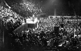 O Αμερικανός Ευαγγελιστής πάστορας Μπίλι Γκράχαμ έχει μόλις ξεκινήσει την παγκόσμια «αποστολή» του, μεταδίδοντας το χριστιανικό κήρυγμα του σε χιλιάδες πιστούς, σε ένα μεγάλο στάδιο του Λονδίνου, το 1954. O εξαιρετικά δημοφιλής ιεροκήρυκας υπήρξε μία από τις εμβληματικότερες μορφές του σύγχρονου Προτεσταντισμού και ένας από τους πιο διάσημους ιεροκήρυκες του 20ου αιώνα. Κατά τη διάρκεια της μακράς καριέρας του κήρυξε σε περίπου 210 εκατομμύρια ανθρώπους, γεμίζοντας μεγάλα στάδια σε όλο τον κόσμο και μεταδίδοντας το κήρυγμα του μέσω του ραδιοφώνου και της τηλεόρασης, όντας ο πρώτος πάστορας που χρησιμοποιήσε το τηλεοπτικό μέσο σε τέτοιο βαθμό. (AP Photo/Leslie Priest)