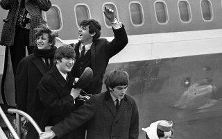 Η μουσική «Βρετανική Εισβολή» (British Invasion) των Ηνωμένων πολιτειών είναι πλέον πραγματικότητα, καθώς τα «Σκαθάρια» πατούν για πρώτη φορά το πόδι τους στην Αμερική, φέρνοντας το φαινόμενο της «Beatlemania» στην άλλη πλευρά του Ατλαντικού, το 1964. Έξι ημέρες πριν από την υπό χιλιαδες θαυμαστές και θαυμάστριες άφιξη τους στο αεροδρόμιο Κένεντι της Νέας Υόρκης, οι Τζορτζ, Πολ, Τζον και Ρίνγκο είχαν ήδη εισβάλει για τα καλά στην αμερικανική μουσική βιομηχανία, φτάνοντας στην κορυφή των αμερικανικών charts με το σινγκλ τους «I Wanna Hold Your Hand». Κατά τη διάρκεια του Φεβρουαρίου πραγματοποίησαν πληθώρα συναυλιών και τηλεοπτικών εμφανίσεων, εδραιώνοντας τη μουσική κυριαρχία τους και στην αμερικανική νεολαία. (AP Photo)