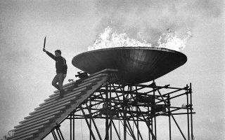 O Γάλλος ολυμπιονίκης του καλλιτεχνικού πατινάζ, Αλέν Καλμέ, έχει μόλις μεταφέρει την Ολυμπιακή Φλόγα στον τελικό προορισμό της, στον ειδικό βωμό του Ολυμπιακού Σταδίου της Γκρενόμπλ της Γαλλίας, στην τελετή έναρξης των Χειμερινών Ολυμπιακών Αγώνων του 1968. (AP Photo)