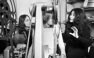 H ηγετική μορφή των «Σκαθαριών» και η γιαπωνέζα σύντροφος του, Γιόκο Όνο, δουλεύουν στο editing της τηλεοπτικής ταινίας «Rape», την οποία έγραψαν και σκηνοθέτησαν μαζί, στο Λονδίνο, το 1969. (AP Photo)
