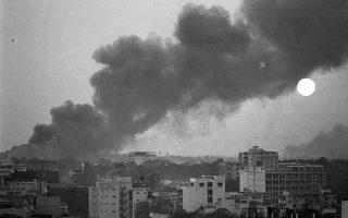 Καπνός αναδύεται πάνω από την πολιορκούμενη Σαιγκόν, καθώς ο ήλιος ανατέλλει πάνω από τη νοτιοβιετναμέζικη πρωτεύουσα, όπου συνεχίζονται για ένατη μέρα οι σφοδρές μάχες των Βιετκόνγκ με τις δυνάμεις του Νοτίου Βιετνάμ και των ΗΠΑ, κατά τη διάρκεια της επίθεσης του Τετ, το 1968. Tη φωτογραφία τράβηξε ο φημισμένος Αμερικανός φωτογράφος Έντι Άνταμς, ο οποίος μία εβδομάδα πριν, είχε αποθανατίσει με τον φωτογραφικό του φακό τη διασημότερη ίσως εικόνα ολόκληρου του πολέμου του Βιετνάμ, την «Εκτέλεση στη Σαϊγκόν». (AP Photo/Eddie Adams)
