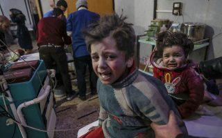 Εκατό νεκροί και 325 τραυματίες μέσα σε 24 ώρες από τις επιθέσεις των συριακών κυβερνητικών δυνάμεων στην Ανατολική Γούτα, τον θύλακα των Σύρων ανταρτών κοντά στη Δαμασκό, 20 Φεβρουαρίου 2018. (Φωτογραφία: EPA/MOHAMMED BADRA)