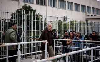 Ο Δημήτρης Κουφοντίνας περνάει την πόρτα των φυλακών Κορυδαλλού, την περασμένη Παρασκευή, για τη δεύτερη 48ωρη άδειά του.