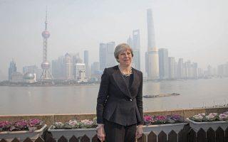 Συμφωνίες πολλών δισ. έκλεισε στο ταξίδι της στην Κίνα η κ. Μέι, προσπαθώντας να διαφημίσει τα πλεονεκτήματα του Brexit.