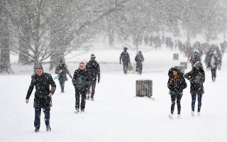 epa06570283 People walk through heavy snow in Green Park, central London, Britain, 28 February 2018. Heavy snow fall and sub-zero temperatures have hit Britain with more heavy snow expected in the coming days. Media reports state that extreme cold weather is forecast to hit many parts of Europe with temperatures plummeting to a possible ten year low.  EPA/ANDY RAIN