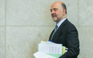 epa05928385 European commissioner in charge of Economic and Financial Affairs Pierre Moscovici carries briefs at the start of weekly college meeting of the European Commission in Brussels, Belgium, 26 April 2017.  EPA/STEPHANIE LECOCQ
