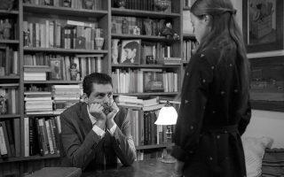 O Χρήστος Μαλάκης στον ρόλο του Μ. Καραγάτση και η Σίσσυ Τουμάση, που υποδύεται την κόρη του συγγραφέα, στο «Ευχαριστημένο» της Μαρίνας Καραγάτση που ανεβαίνει στο θέατρο Πορεία σε διασκευή της Ερις Κύργια.