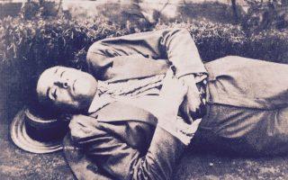 Ο αυτόχειρας Καρυωτάκης στις 21 Ιουλίου του 1928. Φωτογραφία της Χωροφυλακής. Η σφαίρα βρήκε στην καρδιά...