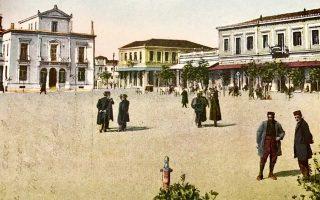 Η κεντρική πλατεία της Λάρισας σε καρτ ποστάλ των αρχών του 20ού αιώνα. Αριστερά, το νεοκλασικό κτίριο με το αέτωμα ήταν η Εθνική Τράπεζα.