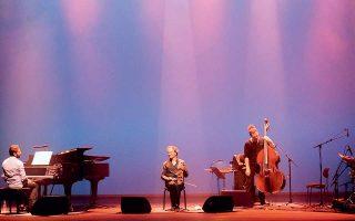 Στιγμιότυπο από την εμφάνιση του κουαρτέτου στη Στέγη του Ιδρύματος Ωνάση. Το μουσικό σχήμα φτιάχτηκε ακριβώς πριν από την ηχογράφηση του «Eight Winds» και πλέον βρίσκεται στην καλύτερη δημιουργική του φάση.