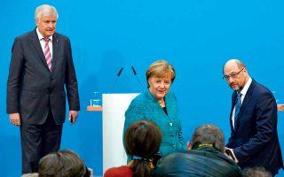 Ζεεχόφερ, Μέρκελ, Σουλτς (δεξιά). Οι τρεις κορυφές του «μεγάλου συνασπισμού» παρουσιάζουν τον καρπό των διαπραγματεύσεών τους στη γερμανική κοινή γνώμη. Οι υπογραφές στην προγραμματική συμφωνία των 177 σελίδων μπήκαν, αλλά η σύσταση της νέας κυβέρνησης θα περιμένει το αποτέλεσμα της εσωκομματικής ψηφοφορίας μεταξύ των 463.723 μελών του SPD στις 4 Μαρτίου. Το Σοσιαλδημοκρατικό Κόμμα ευνοήθηκε από την κατανομή των υπουργείων, αποσπώντας τα υπουργεία Οικονομικών, Εξωτερικών και Εργασίας.