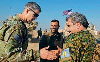 O Αμερικανός ταγματάρχης Τζάμι Τζάραρντ σφίγγει το χέρι του Κούρδου διοικητή Μοχάμεντ Αμπού Αντίλ σε φυλάκιο, έξω από τη Μαντζίμπ. Σελ. 9