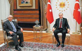 Τα παράλληλα βλέμματα και η αμήχανη στάση σώματος του Αμερικανού ΥΠΕΞ Ρεξ Τίλερσον και του Τούρκου προέδρου Ταγίπ Ερντογάν, χθες στο προεδρικό μέγαρο στην Αγκυρα, απηχούν το επίπεδο των σχέσεων Ουάσιγκτον - Αγκυρας. H Toυρκία επανέλαβε το αίτημα για πλήρη διακοπή της συνεργασίας ΗΠΑ - Κούρδων (YPG) στη Συρία, ενώ πριν από λίγες ημέρες ο Ερντογάν είχε απειλήσει την Ουάσιγκτον με οθωμανικό χαστούκι. Ο επικεφαλής του Στέιτ Ντιπάρτμεντ υποστήριξε ότι οι ΗΠΑ «ουδέποτε έδωσαν βαριά όπλα στην YPG, επομένως δεν μπορούν να τα πάρουν πίσω».