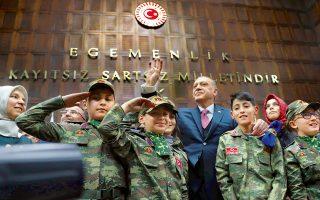 Ο Ταγίπ Ερντογάν περιστοιχίζεται από παιδιά που φορούν στρατιωτική στολή σε χθεσινή ομιλία του στους βουλευτές του, στην Αγκυρα.