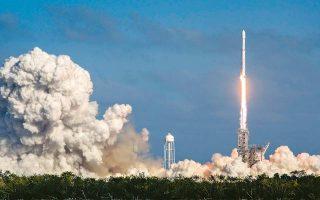Εκτοξεύθηκε χθες επιτυχώς ο πύραυλος SpaceX Falcon Heavy από το ακρωτήριο Κένεντι της Φλόριντα. Προβλέπεται να τεθεί σε ελλειπτική τροχιά γύρω από τον Ηλιο μεταφέροντας ως δοκιμαστικό φορτίο ένα ηλεκτρικό αυτοκίνητο, με ομοίωμα ανθρώπου στη θέση του οδηγού, στα ηχοσυστήματα του οποίου θα παίζει το τραγούδι «Space Oddity» του Ντέιβιντ Μπόουι.