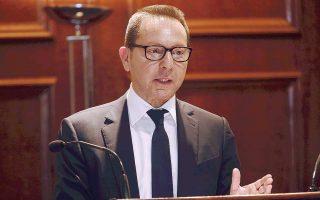 Οι υψηλοί φορολογικοί συντελεστές ενθαρρύνουν τη φοροδιαφυγή και τη στροφή στη μαύρη οικονομία, σημείωσε ο διοικητής της Τράπεζας της Ελλάδος Γιάννης Στουρνάρας.