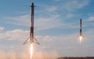 Οι δύο από τους τρεις προωθητικούς πυραύλους του Falcon Heavy προσγειώνονται σχεδόν ταυτόχρονα στο Κέιπ Κανάβεραλ, απ' όπου είχαν εκτοξευθεί οι πύραυλοι Saturn V που είχαν μεταφέρει στο Διάστημα τους αστροναύτες του προγράμματος «Apollo».