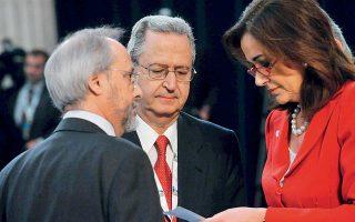 Βουκουρέστι 2008 υπό αμερικανική πίεση. Στη φωτογραφία, η τότε υπουργός Εξωτερικών Ντόρα Μπακογιάννη, ο αντιπρόσωπος της Ελλάδας στο ΝΑΤΟ Θρασ. Σταματόπουλος και στο κέντρο ο πρέσβης Γ. Σαββαΐδης.