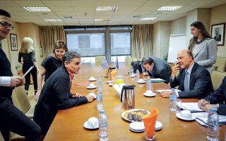Ο υπουργός Οικονομικών Ευκλείδης Τσακαλώτος με τον επίτροπο Οικονομικών και Δημοσιονομικών Υποθέσεων Πιερ Μοσκοβισί, κατά τη χθεσινή συνάντησή τους στο υπουργείο Οικονομικών.