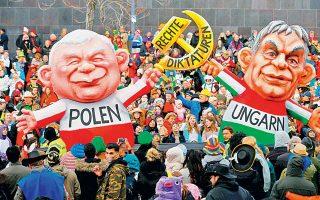 Φιγούρες του Πολωνού ηγέτη Γιάροσλαβ Κατσίνσκι και του Ούγγρου Βίκτορ Ορμπαν, υπό τον τίτλο «Δεξιές δικτατορίες», την Καθαρά Δευτέρα στο Ντίσελντορφ στη Γερμανία.