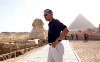 Ο τέως πρόεδρος των ΗΠΑ με φόντο τη Μεγάλη Σφίγγα της Γκίζας και την Πυραμίδα του Χεφρήνου στην Αίγυπτο (2009). (Φωτογραφία: ©The White House/Getty Images/Ideal Image)