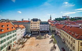 Άποψη της κεντρικής πλατείας στην παλιά πόλη της Μπρατισλάβας. (Φωτογραφία: © Getty Images/Ideal Image)