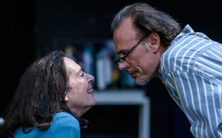 Η Εφη Σταμούλη και ο Γιώργος Γλάστρας σε ρόλους που αναδεικνύουν τον έρωτα, το χιούμορ και τη μελαγχολία της παράστασης γύρω από το κεντρικό θέμα του χρόνου που περνάει και των απωλειών που έρχονται μαζί του.