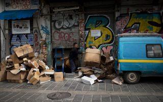 Το 2017 η Ελλάδα κατείχε την έκτη θέση ως η πιο «μίζερη»οικονομία του κόσμου, ενώ για το 2018, οι προβλέψεις την τοποθετούν στην πέμπτη θέση. Φωτογραφία από Μοναστηράκι, Αθήνα. (AP Photο/Petros Giannakouris)