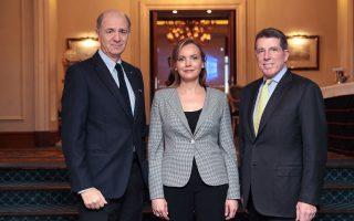 O πρόεδρος της Credicom Κοράντο Πασερά, η διευθύνουσα σύμβουλος Αναστασία Σακελλαρίου και ο Μπομπ Ντάια-μοντ ιδρυτής της Atlas Merchant Capital, η οποία έχει αποκτήσει την τράπεζα, θεωρούν ότι η χώρα ήδη βρίσκεται σε τροχιά βιώσιμης ανάκαμψης, αρκεί να συνεχιστούν η δημοσιονομική πειθαρχία και οι μεταρρυθμίσεις.