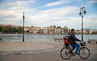 Ποδηλατάδα στη Χαλκίδα, με φόντο τα «τρελά νερά» στον πορθμό του Ευρίπου. (Φωτογραφία: ©ΔΗΜΗΤΡΗΣ ΒΛΑΪΚΟΣ)