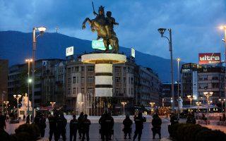 Το κλίμα στα Σκόπια ενόψει διαπραγμάτευσης είναι ενδεικτικό των λεπτών ισορροπιών. Για την ώρα, φαίνεται να επικρατεί μίνιμουμ συναίνεση σε επίπεδο πολιτικών δυνάμεων, ωστόσο τα μέσα ενημέρωσης και η κοινή γνώμη θεωρούν μαξιμαλιστικές τις προτάσεις της Αθήνας.
