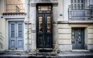 Η είσοδος των γραφείων της επιχείρησης της Μαρέβας Μητσοτάκη μετά την επίθεση με γκαζάκια τα ξημερώματα της Δευτέρας.
