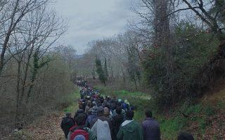 Το ανθρώπινο ποτάμι των προσφύγων διασχίζει με τα πόδια την Ευρώπη σε αναζήτηση καλύτερου μέλλοντος.