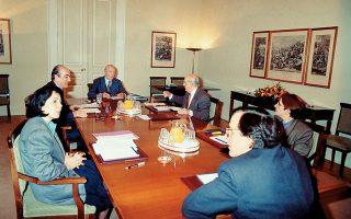 Ο Πρόεδρος της Δημοκρατίας Κωνσταντίνος Καραμανλής, ο πρωθυπουργός Κωνσταντίνος Μητσοτάκης, ο αρχηγός του ΠΑΣΟΚ Ανδρέας Παπανδρέου,  η πρόεδρος του Συνασπισμού Μαρία Δαμανάκη, η γενική γραμματέας του ΚΚΕ Αλέκα Παπαρήγα και ο υπουργός Εξωτερικών Αντώνης Σαμαράς στη σύσκεψη της 13ης Απριλίου 1992 (φωτογραφία από το αρχείο Αριστοτέλη Σαρρηκώστα).