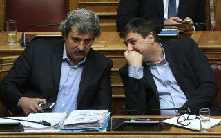 Ο υπουργός Υγείας Ανδρέας Ξανθός (Δ) και ο αναπληρωτής υπουργός Υγείας Παύλος Πολάκης (Α) παρίστανται στη συζήτηση και ψηφοφορία επί της προτάσεως της κυβερνητικής πλειοψηφίας για τη συγκρότηση επιτροπής προκαταρκτικής εξέτασης για την υπόθεση NOVARTIS, στην Ολομέλεια της Βουλής, Τετάρτη 21 Φεβρουαρίου 2018. ΑΠΕ-ΜΠΕ/ΑΠΕ-ΜΠΕ/ΣΥΜΕΛΑ ΠΑΝΤΖΑΡΤΖΗ