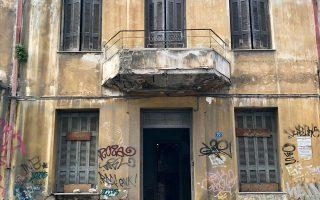 Φαλήρου 72. Στο ύψος του Φιξ. Ενα από τα εγκαταλελειμμένα διώροφα του Μεσοπολέμου στην Αθήνα.