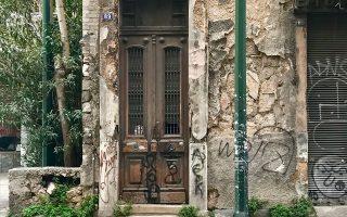 Στην οδό Λιοσίων 89, μια παλιά εξώθυρα σε ένα κενό σπίτι θυμίζει το παρελθόν της περιοχής.