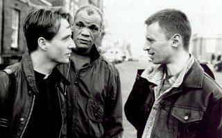 Ο ιερέας αριστερά (τον υποδύεται ο Λάινους Ρόουτς), το ανυποψίαστο μέλος της ενορίας του (κέντρο) και ο κρυφός εραστής του πρώτου (Ρόμπερτ Κάρλαϊλ).