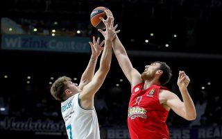 epa06509714 Real Madrid's Luka Doncic (L) and Olympiacos' Nikola Milutinov (R) in action during the Euroleague basketball match between Real Madrid and Olympiacos Piraeus at the Wizinc Center in Madrid, Spain, 09 February 2018.  EPA/JUANJO MARTIN