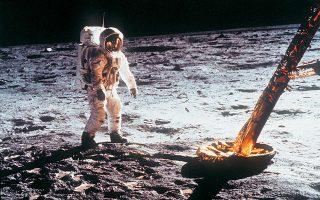 21.7.1969, ο Εντγουιν «Μπαζ» Ολντριν βαδίζει στη Σελήνη. Αριστερά, η σεληνάκατος «Αετός».