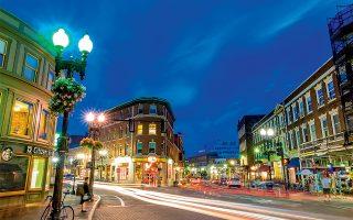 Η εμβληματική πλατεία Χάρβαρντ, στο σημείο όπου συναντιούνται τρεις κεντρικοί δρόμοι της πόλης: η λεωφόρος Massachusetts και οι οδοί Brattle και John F. Kennedy. (Φωτογραφία: © Shutterstock)