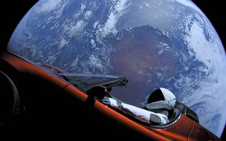 Ο αστροναύτης-ανδρείκελο στο κόκκινο καμπριολέ Tesla Roadster, με φόντο τη Γη, έχει ξεκινήσει ένα διαστημικό ταξίδι που, εκτός απροόπτου, αναμένεται να διαρκέσει ένα δισεκατομμύριο χρόνια. Το καμπριολέ μετέφερε στο Διάστημα ο πύραυλος Falcon Heavy της SpaceX, της εταιρείας που ανήκει στον οραματιστή επιχειρηματία Ελον Μασκ.