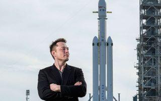Ο Ελον Μασκ με φόντο τον πύραυλο Falcon Heavy, στο Κέιπ Κανάβεραλ © Todd Anderson/The New York Times