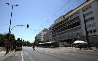 Τουρίστες κάνουν βόλτα στο Σύνταγμα, Αθήνα, την Κυριακή 13 Αυγούστου 2017. Πλήθος τουριστών κυκλοφορούν στην άδεια από κατοίκους πόλη, καθώς μεγάλο μέρος των Αθηναίων εγκατέλειψε την πρωτεύουσα λόγω διακοπών. ΑΠΕ-ΜΠΕ/ΑΠΕ-ΜΠΕ/ΣΥΜΕΛΑ ΠΑΝΤΖΑΡΤΖΗ