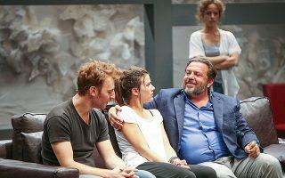 Η θεατρική παράσταση «Στέλλα, κοιμήσου» του Γιάννη Οικονομίδη. Αν όλα είναι τόσο καλώς καμωμένα στην ελληνική οικογένεια, γιατί οι γόνοι της είναι τόσο ανίκανοι να μεγαλώσουν, να διαχειριστούν το γύρισμα της σελίδας μιας χώρας χρεωμένης και πολωμένης;